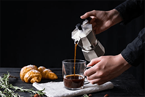 brewing espresso by using moka pot